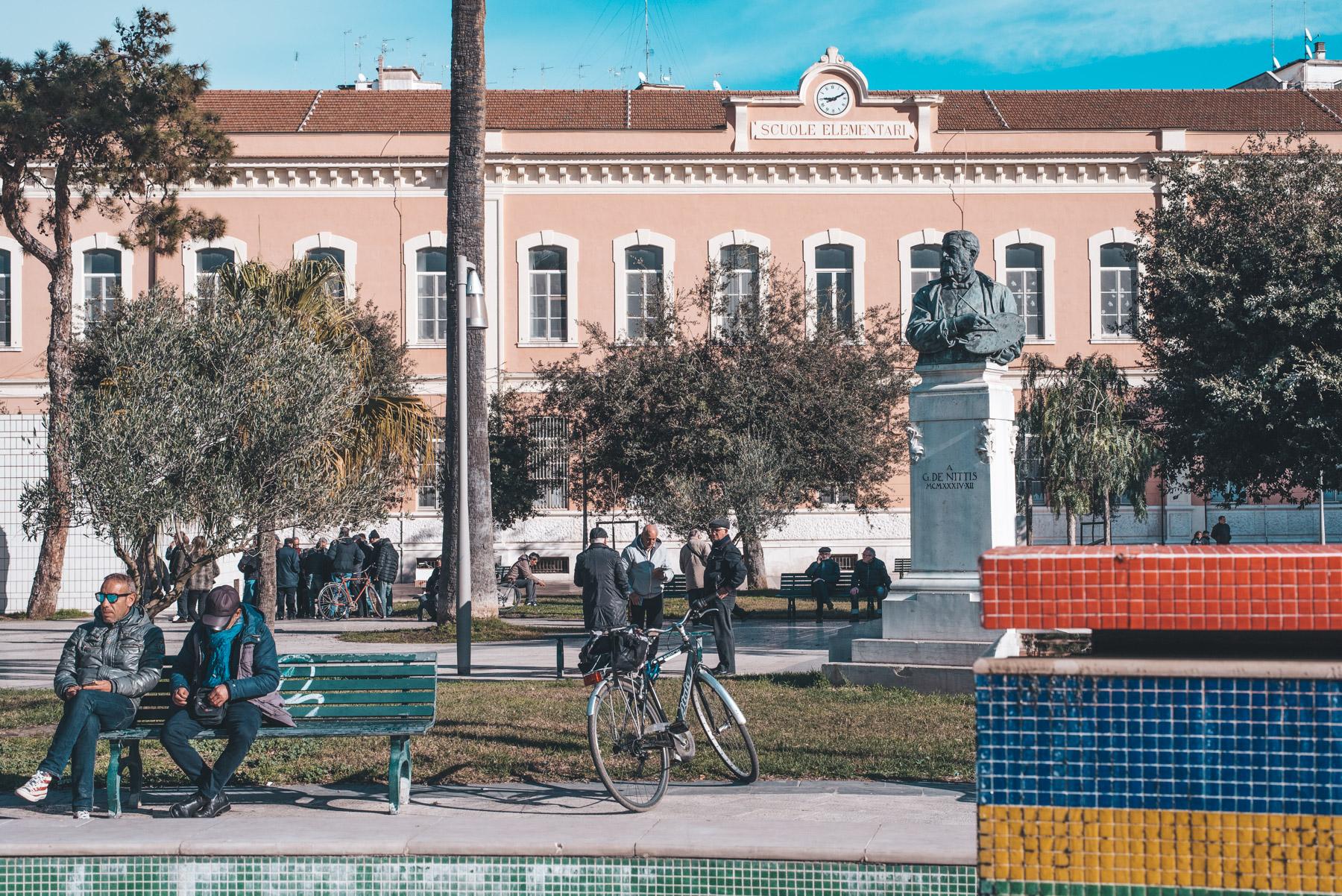 People passing time in a park in Barletta, Apulia, persone passano il tempo in un parco a Barletta, Puglia