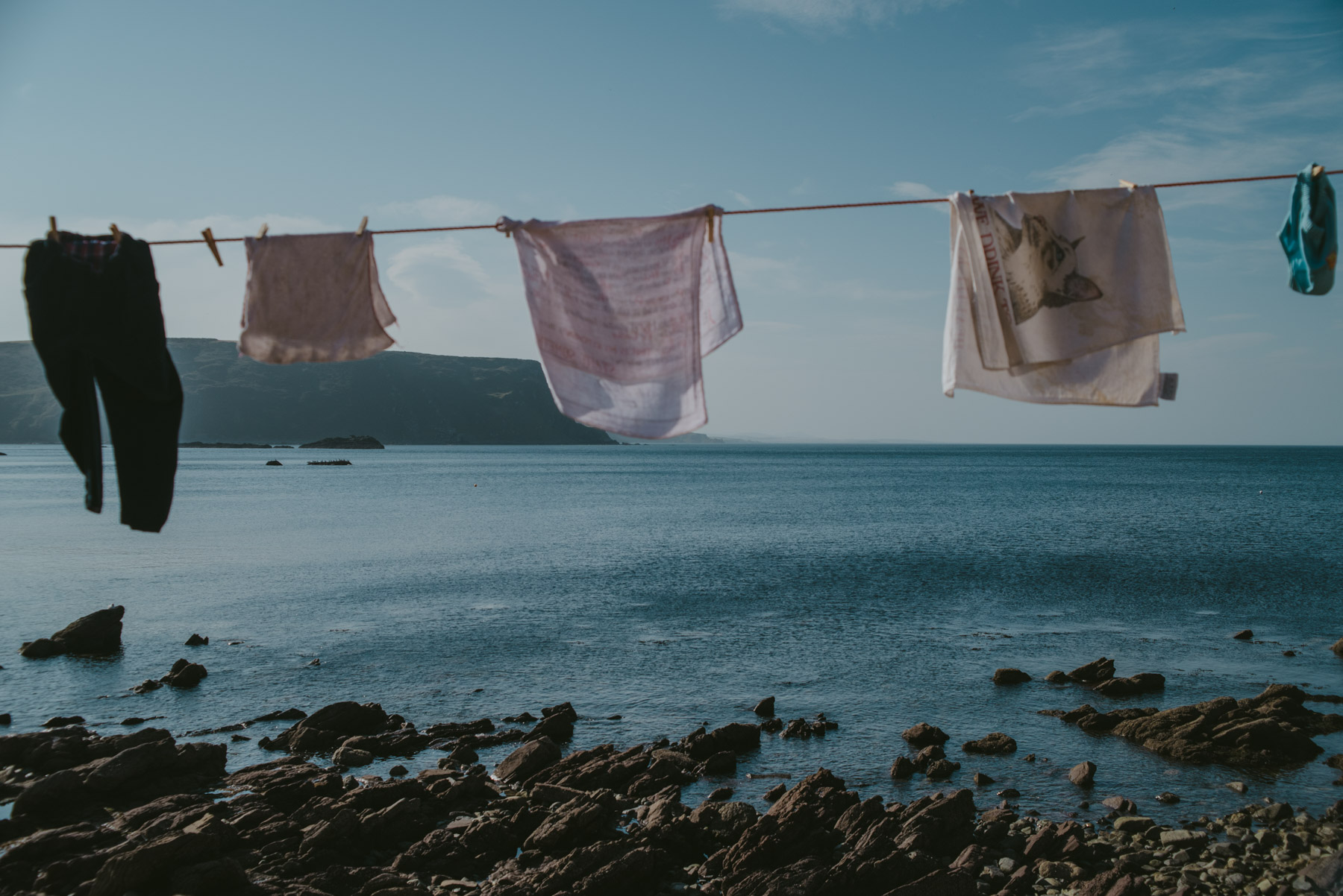 Things hung up to dry in the village of Crovie in Scotland, panni stesi ad asciugare ad un filo nel villaggio di Crovie in Scozia